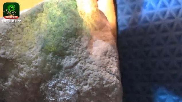 翡翠原石直播_木那场口白岩沙缅甸翡翠原石毛料皮壳特点直播讲解