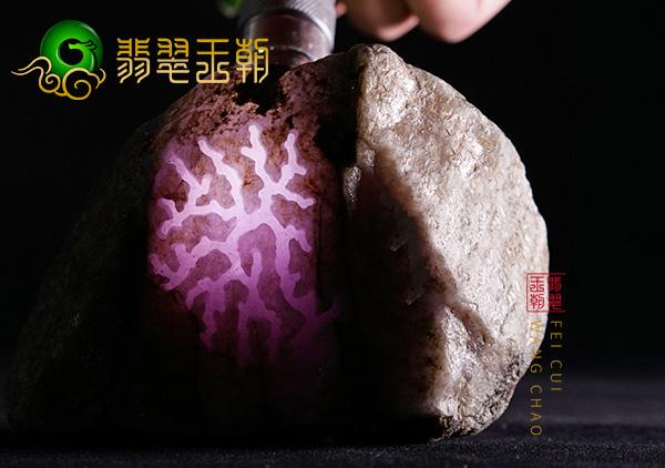 6公斤桃花春翡翠毛料在公盘上拍出2亿元