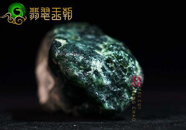 翡翠毛料赌石有松花就有绿色辨别方法