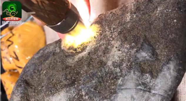 南奇场口糯冰种翡翠原石打灯特点视频讲解