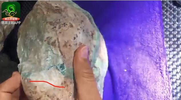 翡翠原石料子_豆绿色南奇糯化有色带翡翠原石什么价位