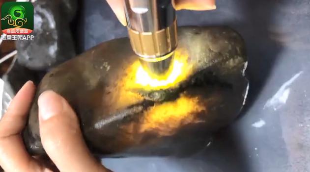 翡翠原石价格_2.5公斤糯冰博手镯的南奇翡翠原石什么价位?
