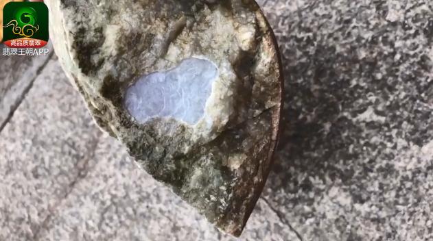 木那淡春淡彩翡翠原石毛料赌石皮壳打灯特点表现