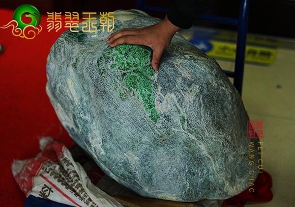 翡翠原石价格_紫罗兰翡翠原石什么价位?翡翠原石拍卖市场行情