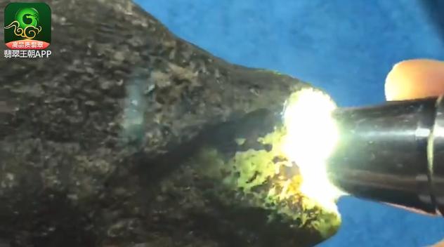 翡翠原石_莫西沙老端口翡翠原石打灯特点表现 莫西沙翡翠原石图片