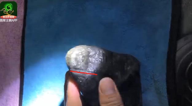 莫西沙场口黑皮翡翠原石毛料赌石皮壳打灯特点表现