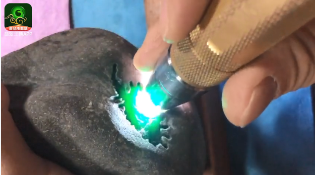 南奇场口缅甸翡翠原石特点 南奇正阳绿糯冰翡翠赌石打灯特点表现