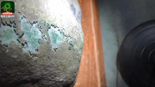 莫西沙场口9.36公斤开窗色料翡翠原石毛料赌石特点