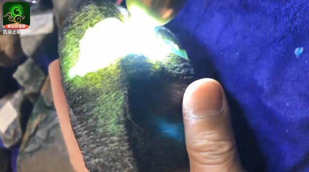 莫西沙场口缅甸翡翠原石皮壳特点 莫西沙淡底色果冻料翡翠原石打灯表现
