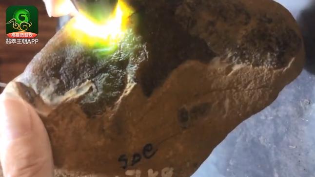 翡翠原石直播:大马坎黄加绿山石收藏做货价值直播讲解