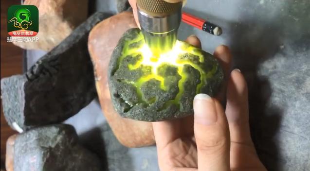翡翠原石料子_莫西沙橄榄绿翡翠原石料子打灯表现_莫西沙黄翡原石料子特点