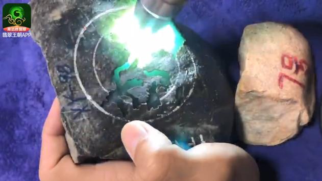 翡翠原石皮壳特点_莫西沙有手镯位开窗翡翠原石皮壳特点