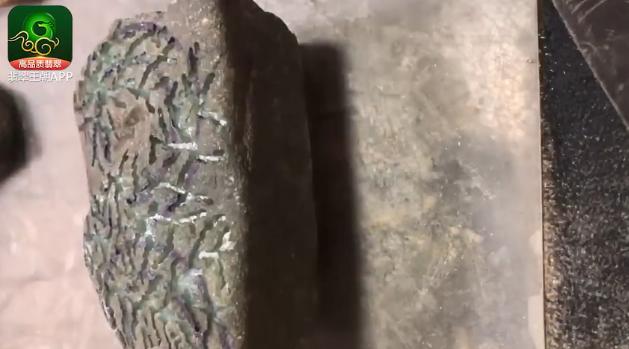 翡翠原石_2.5万莫西沙灰皮缅甸翡翠原石博浓晴底手镯要点讲解