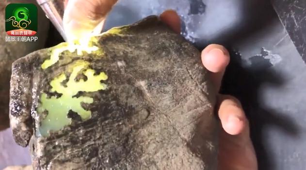 莫西沙场口翡翠原石_莫西沙场口起荧起胶高品质种水料打灯特点