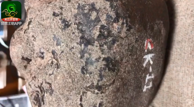 翡翠原石的癣_翡翠原石癣有哪些种类_翡翠原石癣的鉴别图片