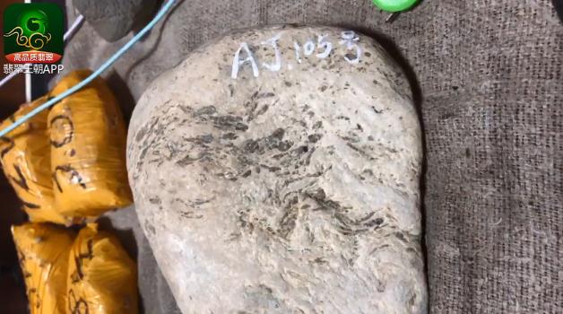 翡翠原石的癣_翡翠原石癣的种类图片_翡翠原石活癣死癣怎样判断