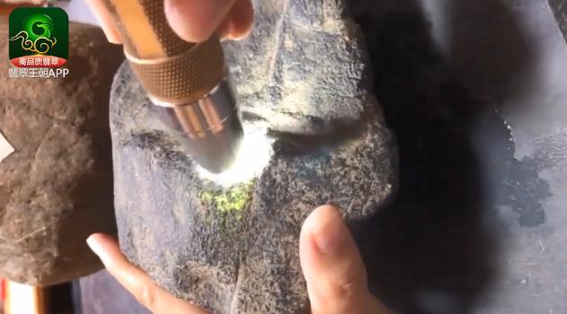 莫西沙场口翡翠原石_莫西沙场口全脱砂冰料打灯皮壳特点表现