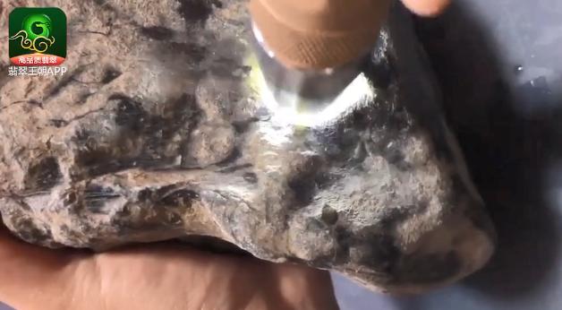 格应角场口翡翠原石_格应角场口刷洗过的翡翠原石变种几率判断技巧