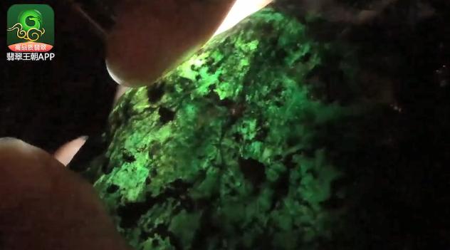 会卡场口黑皮翡翠原石_会卡场口正冰种阳绿色料翡翠原石皮壳打灯特点