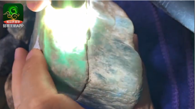 莫西沙翡翠原石_莫西沙场口收藏级别的正冰天空蓝缅甸翡翠原石毛料打灯表现