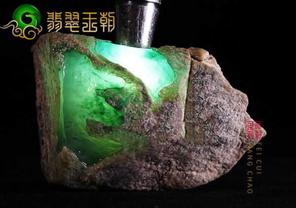 翡翠原石的裂怎么鉴别 翡翠原石赌石裂的判断技巧