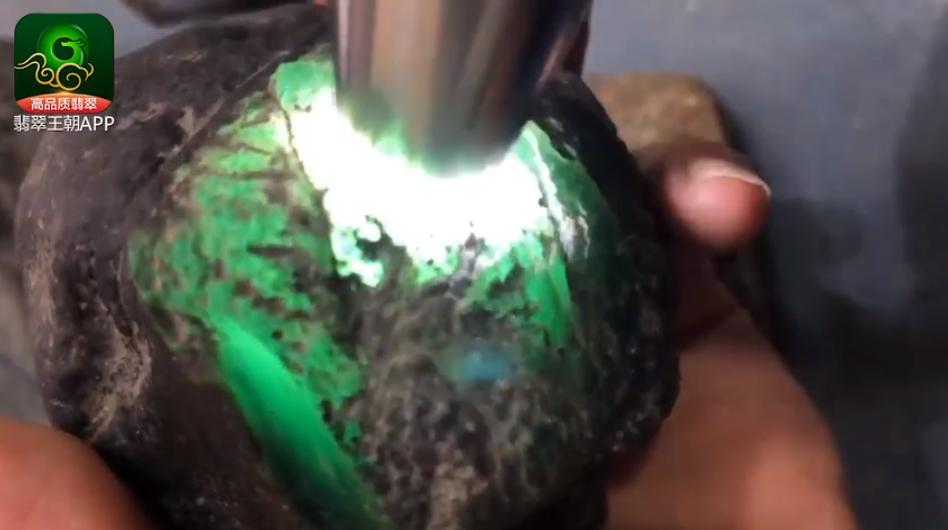 莫西沙雪花棉翡翠原石料子 莫西沙场口的雪花棉缅甸翡翠原石料子打灯特点