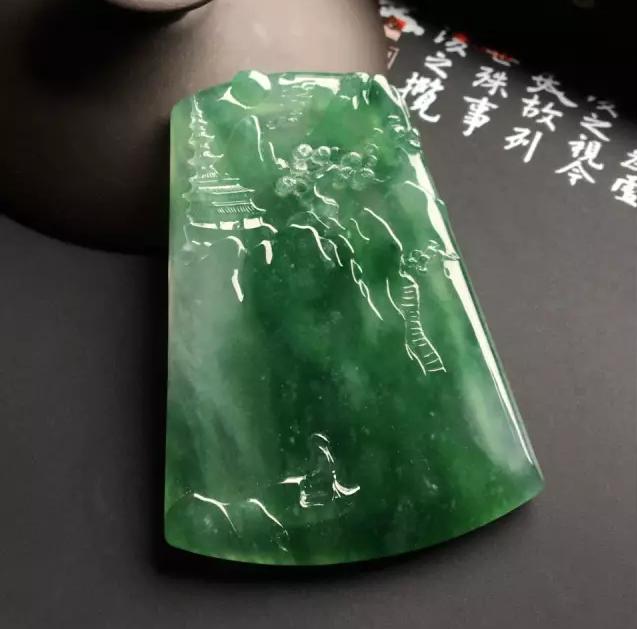 翡翠百科之翡翠手镯挂件价值:同样花5万买翡翠,手镯和挂件哪种更保值?