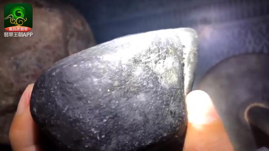 莫湾基场口翡翠原石特点 莫湾基场口有色带翡翠原石皮壳表现