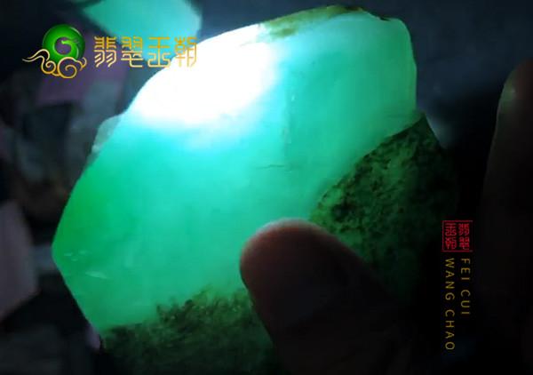 翡翠原石料子皮壳特点:翡翠原石的水翻砂皮壳要怎么来鉴别好坏呢?