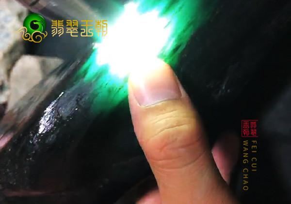 翡翠原石切口上出现绿色要如何判断原石内部是否有绿呢?