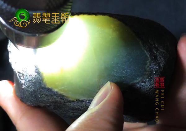 打灯看不同种水的翡翠原石有哪些不一样的表现呢?