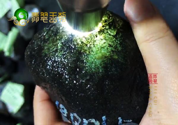 在选购翡翠原石时要如何鉴别原石表面上的松花呢?