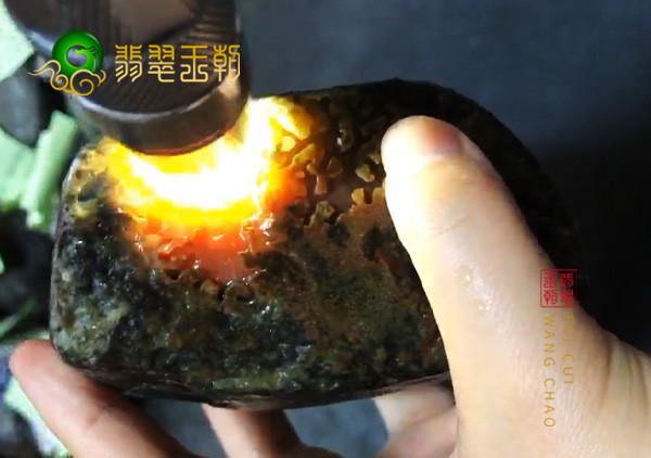 莫西沙场口的翡翠原石带有黄岩沙皮壳的可赌性大不大?