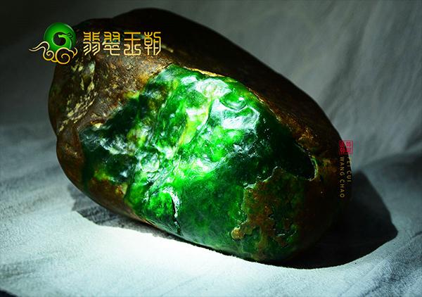 相玉技巧:翡翠原石皮壳是绿色的玉料品质可赌性大吗?