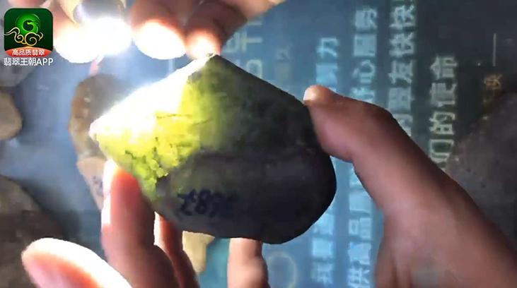 后江晴水底翡翠原石直播讲解打灯表现是天然的牌子