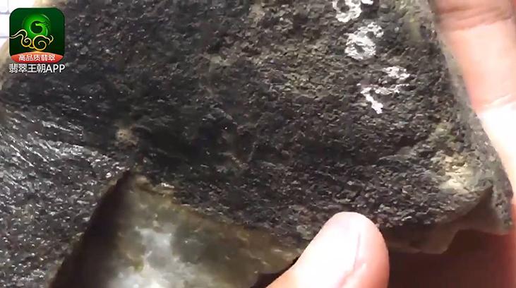 缅甸翡翠原石直播:莫西沙翡翠原石直播讲解种水好可博牌子挂件