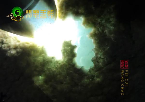 翡翠原石直播:莫莫亮场口原石打灯有种色可赌性高