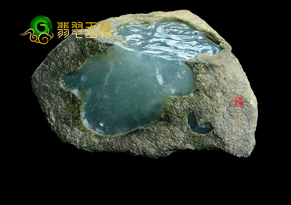 翡翠原石料子:缅甸翡翠原石皮壳脱沙与水翻砂要如何区别?
