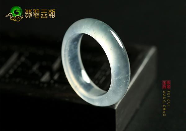 翡翠百科:玻璃种翡翠只在老坑中出现?根据荧光可以鉴别玻璃种翡翠吗?