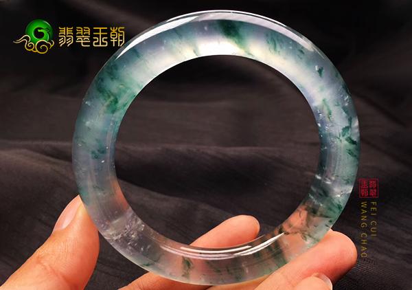翡翠百科:玻璃种翡翠手镯有哪些特征,可根据什么来选购手镯?