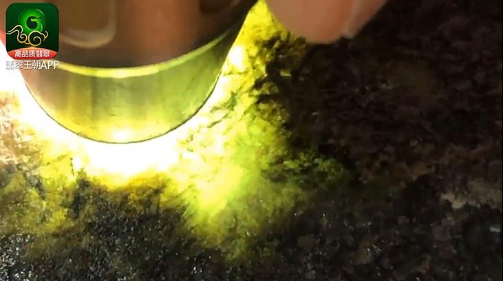 莫西沙翻砂皮壳翡翠原石直播讲解打灯晴底冰感足水头长