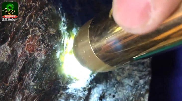 会卡翡翠场口:重6公斤的翡翠原石料子裂少可博2只玉手镯