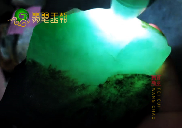 翡翠原石料子的打灯水头要怎么来判断原石品质好坏呢?