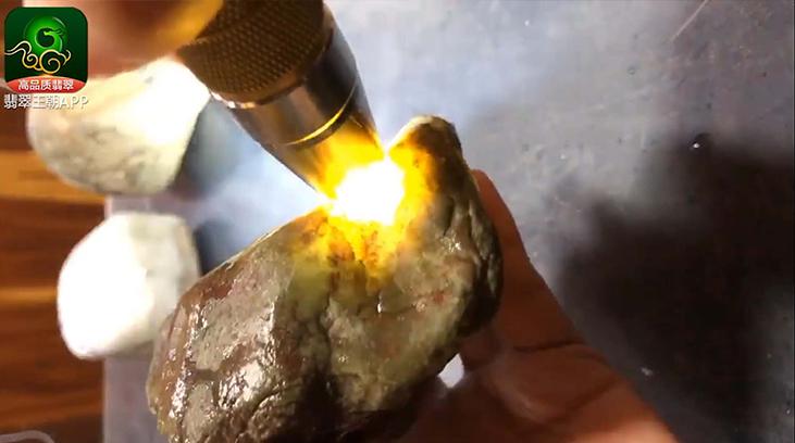 莫莫亮翡翠原石打灯表现如何以及可赌性高吗?