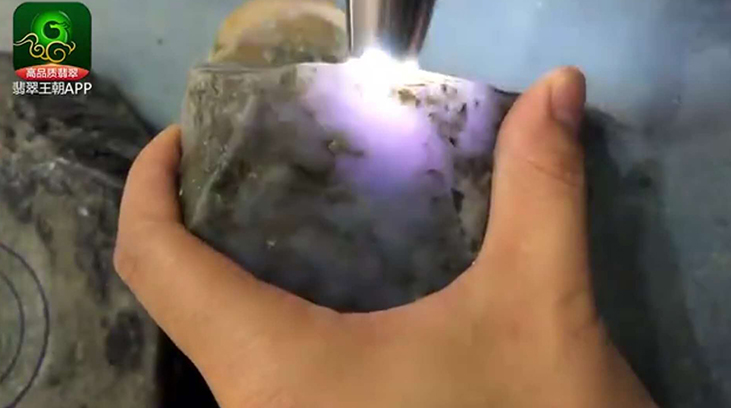 会卡场口紫罗兰翡翠原石怎么挑选购买及打灯表现如何?