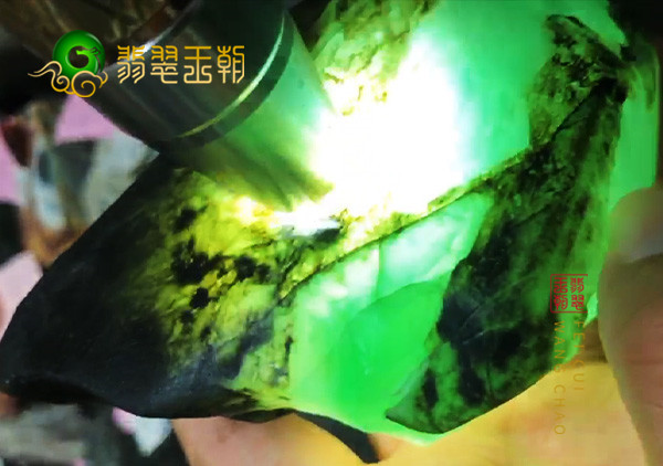 龙石种翡翠原石的质地是玻璃种翡翠吗?如何区分?