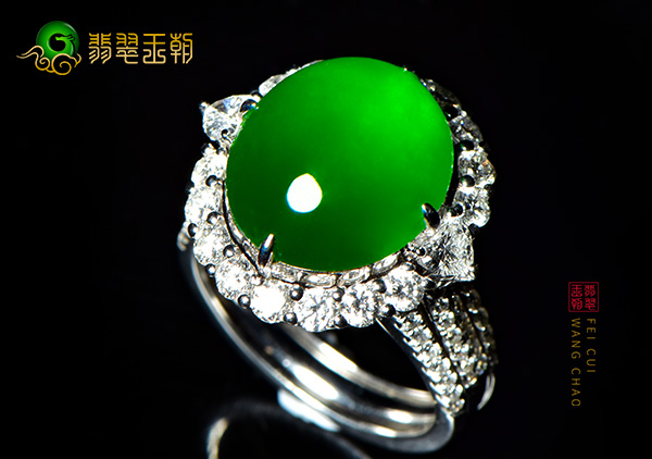 老坑玻璃种满绿翡翠戒面收藏价值分档次来体现