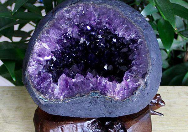 风水摆件紫水晶洞的灵性风水作用