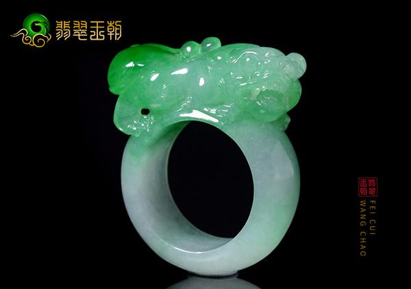 糯冰种飘翠貔貅翡翠指环手工雕与机雕灵性对比