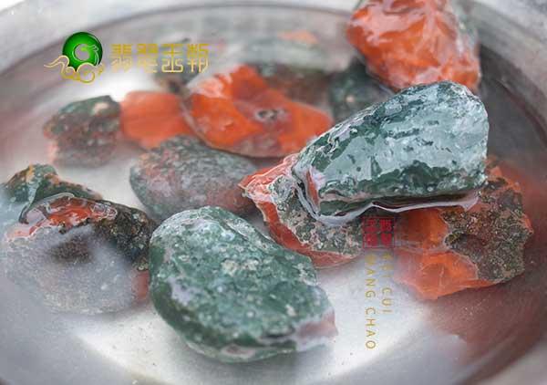 保山南红原石为什么要经常泡在水里?